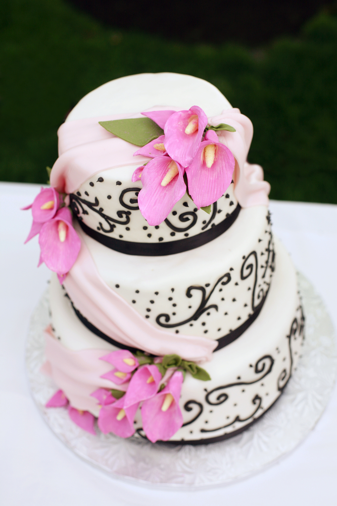 Anniversary Romantic Cake Images : How to Celebrate Your First Wedding Anniversary - Robbins ...